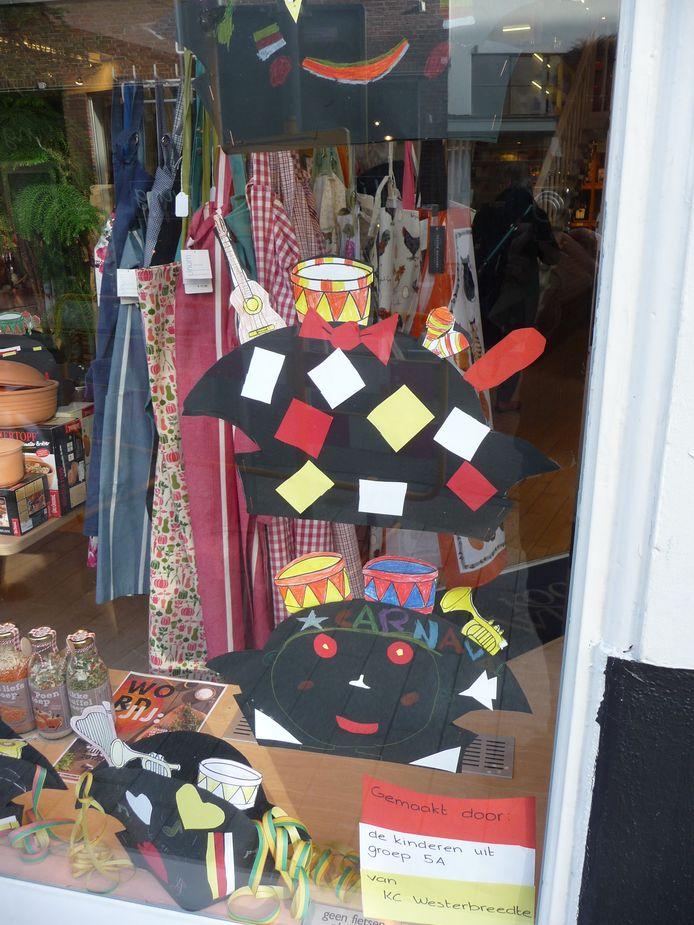 Werk van basisschoolleerlingen in etalages, hier bij de Kookwinkel in de Vughterstraat