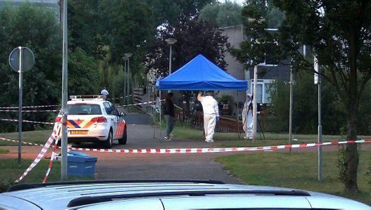 Politie onderzoekt de plaats waar Inchomar B. werd neergeschoten, op de Antwerpenbaan in Nieuw-Sloten in augustus 2013. Beeld anp