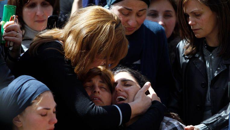 De moder van de zevenjarige Miriam Monsonego huilt bij de begrafenis van haar dochter. Beeld REUTERS