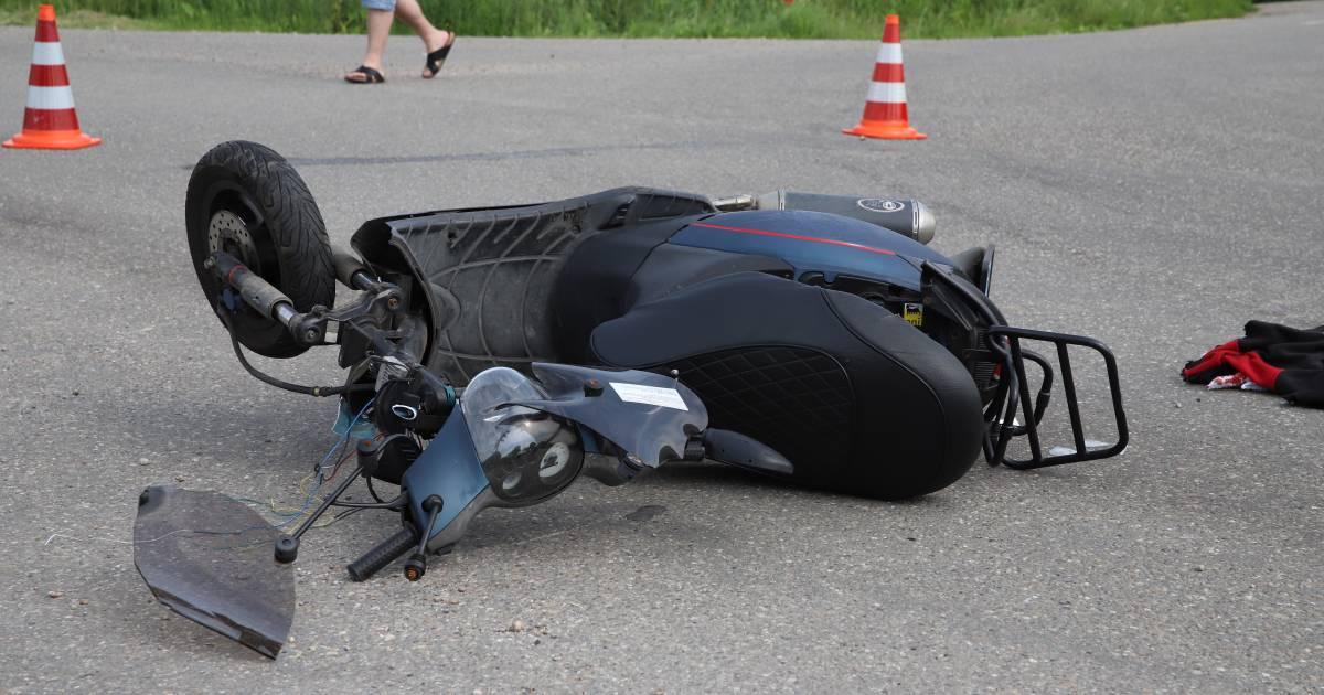 Scooterrijder raakt ernstig gewond bij botsing in Tricht, traumaheli opgeroepen.