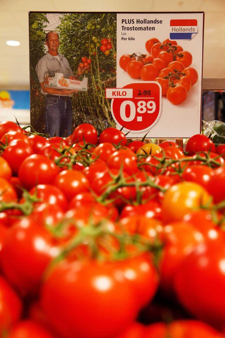 Supermarktketen PLUS promoot de Nederlandse tomaten in de schappen nu telers worden getroffen door de Russische boycot. Beeld anp