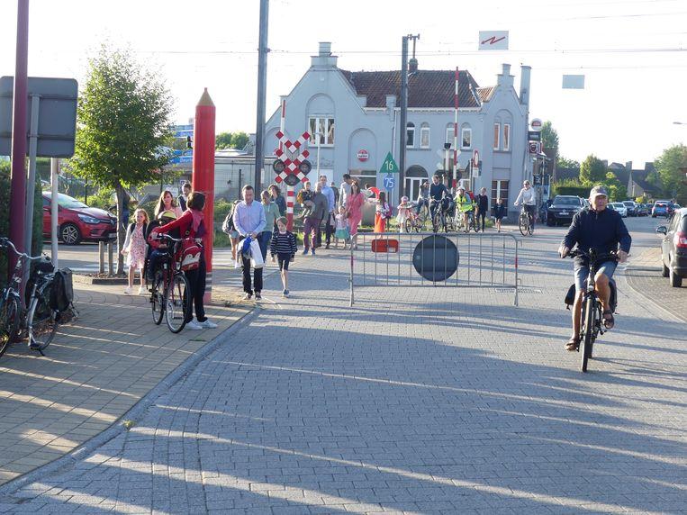 Ter hoogte van het kruispunt met de Vrouwenstraat mag je tijdens het begin en het einde van de school de Nieuwstraat niet meer inrijden.