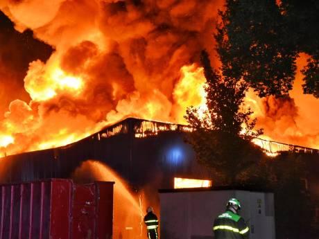Zeer grote brand verwoest panden op industrieterrein Kraaiven Tilburg, sein brand meester gegeven
