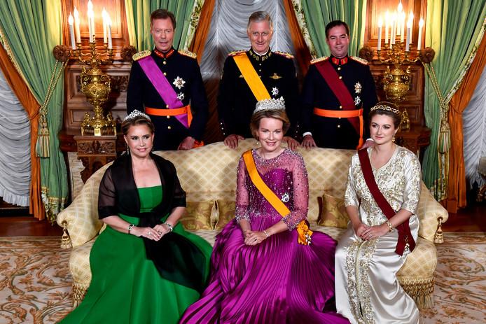 Le Grand Duc Henri de Luxembourg, la Grande Duchesse Maria Teresa, le roi Philippe et la reine Mathilde, le prince héritier Guillaume et la comtesse Stephanie de Lannoy prennent la pose au début du banquet d'État de ce mardi 15 juillet