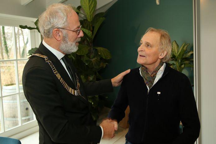 Hans Voorn ontvangt een gemeentelijke onderscheiding voor Kameryck uit handen van burgemeester Victor Molkenboer.