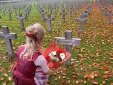 Une conseillère communale Vlaams Belang fleurit la tombe d'un soldat SS le jour de l'Armistice