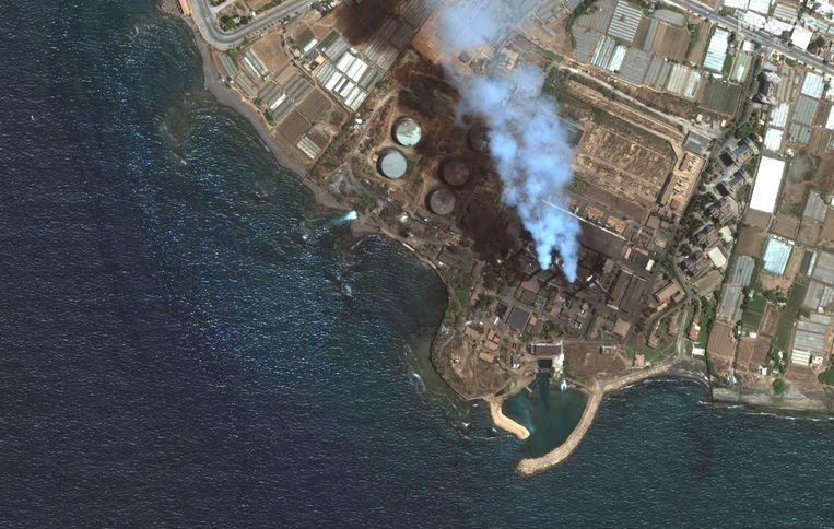 De olie is in zee gelopen, nadat er een lek was ontstaan in de olieraffinaderij in het Syrische Baniyas.  Beeld EPA