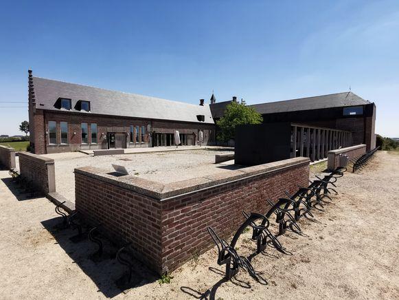 Het cafetaria op de Poelberg ligt er verlaten bij.
