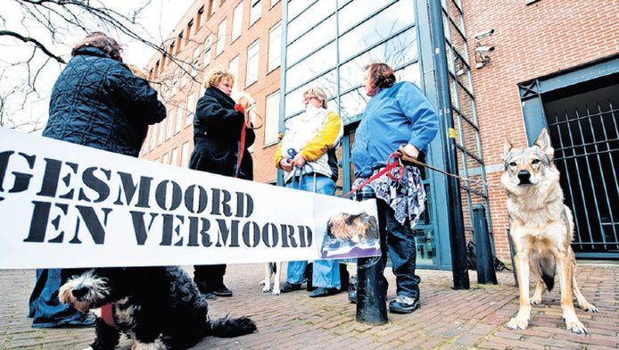 Goed ingepakt tegen de kou staan protesterende hondenliefhebbers in maart 2013bij de arrestanteningang. Wat hen betreft kan de verdachte niet lang genoeg vastzitten.