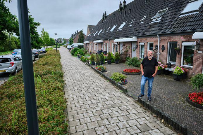 Coen Meeder kijkt vanuit zijn woning uit op het trottoir en de racebaan die de Kasteelweg volgens de bewoners is.