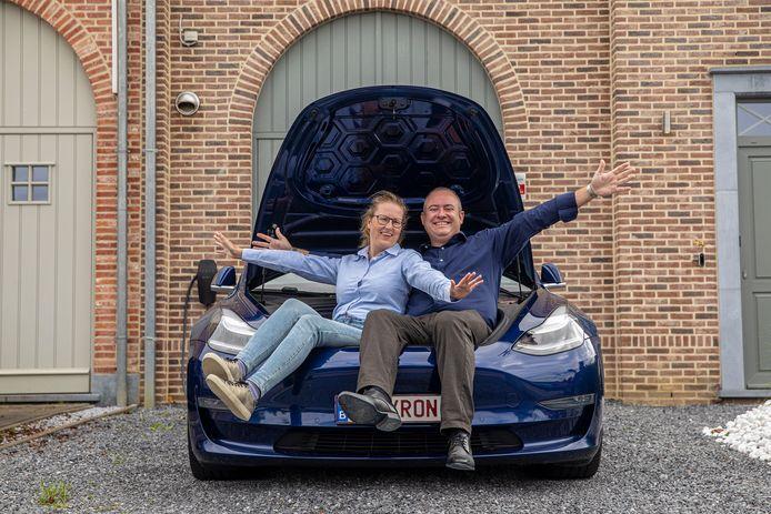 Byron Soulopoulos, voorzitter van de Tesla Owner Club Belgium, met partner Kelly Van Eekel, event manager van de club.