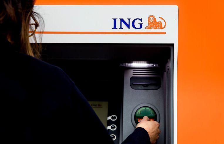 Een klant gebruikt een pinautomaat van de ING bank.  Beeld ANP XTRA