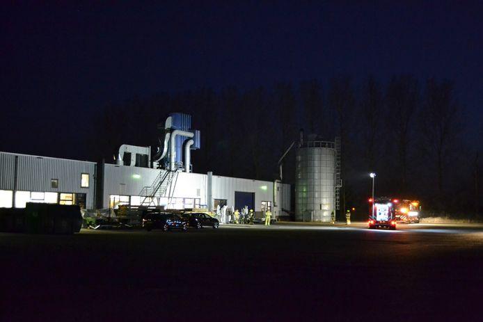 De brandweer bij Van Rossum Meubelen op de Hogeveld in Bergharen.