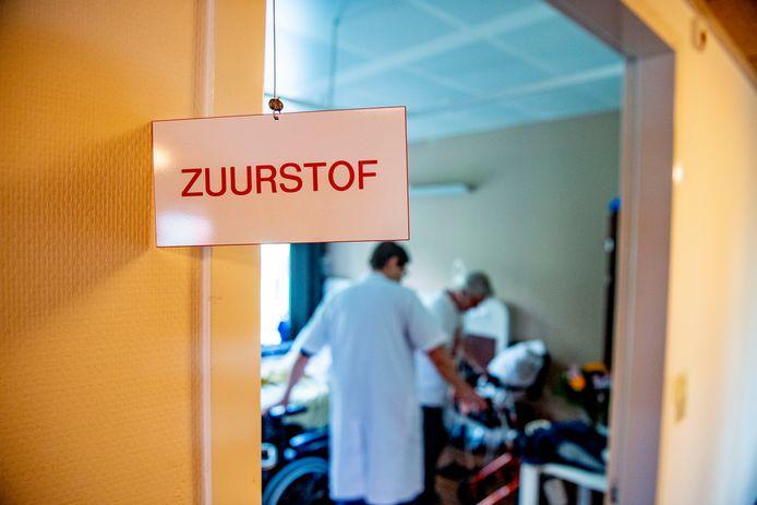 Zweven er in ruimten waar besmette patiënten zuurstof toegediend krijgen gevaarlijke hoeveelheden coronavirussen?