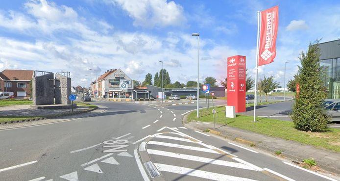 Op de rotonde aan het vliegveld in Wevelgem kwam de fietsster ten val.