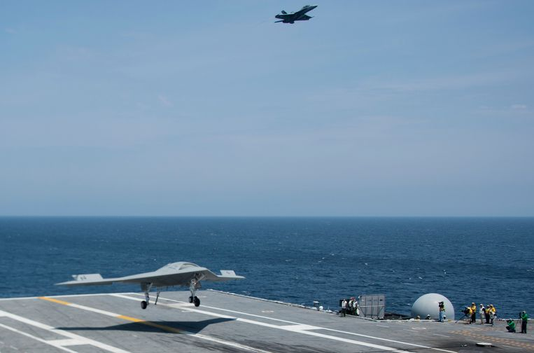 An X-47B Unmanned Combat Air System (UCAS) makes the very first carrier landing aboard the USS George H.W. Bush while afloat in the Atlantic Ocean off the coast from Norfolk, Virginia, on July 10, 2013.     AFP PHOTO/JIM  WATSON Beeld null