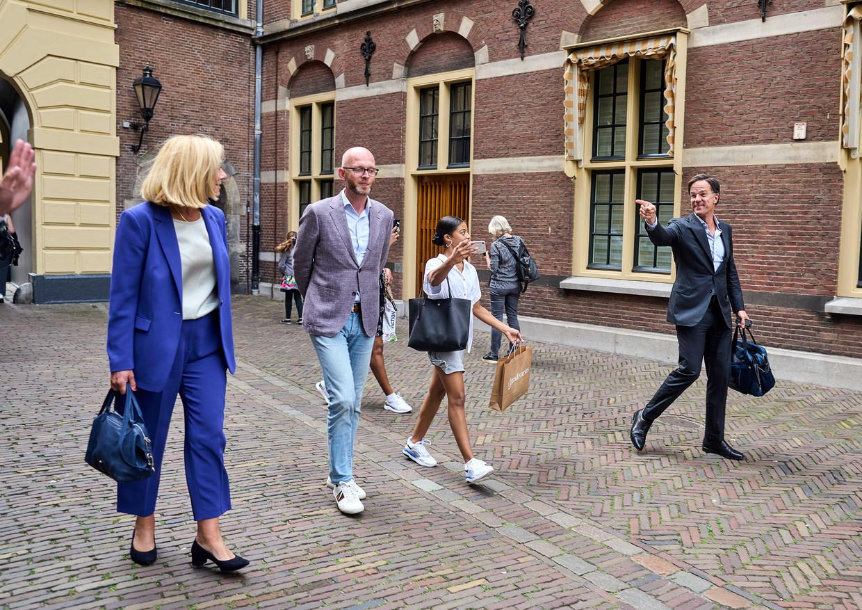Sigrid Kaag en Mark Rutte (uiterst links en uiterst rechts) vorige week vrijdag na afloop van een gesprek met informateur Mariëtte Hamer. Beeld Phil Nijhuis /  ANP