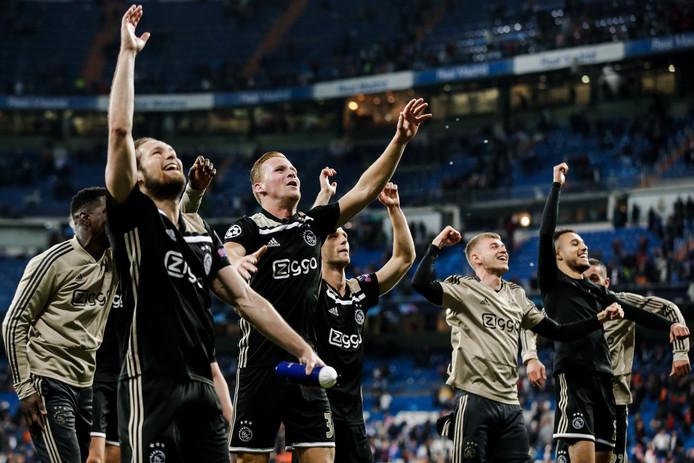 Ajax viert feest na de winst op Real Madrid.