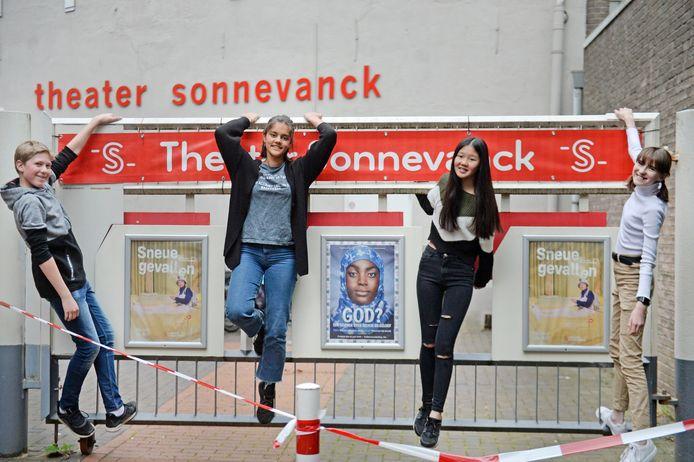 Joris, Johanna, Cindy en Jasmijn  (v.l.n.r.) maakten samen met andere jonge theatertalenten de videoclip 'Lief Meisje', gebaseerd op wat zij van hun opvoeding vinden.