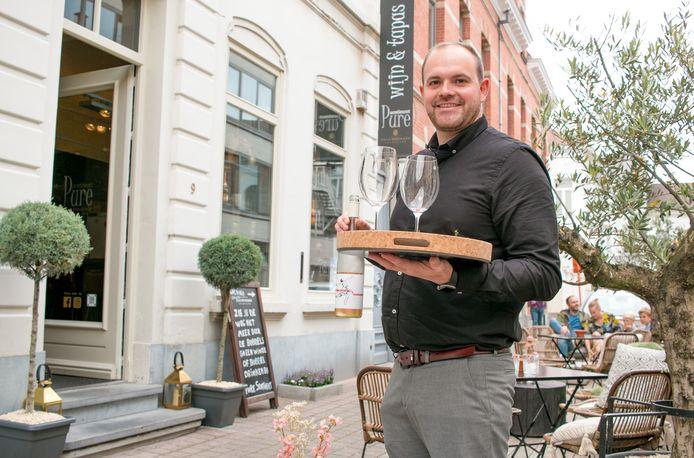 """Dennis Van de Velde bij zijn wijn- en tapasbar Pure Sentiment in de Dr. Verdurmenstraat: """"Ik wil hier echt een plek van maken die leeft en bruist."""""""
