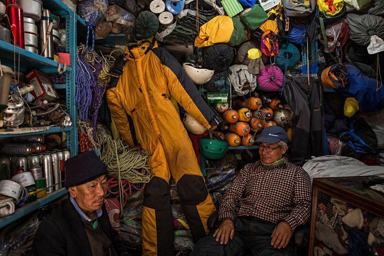 Een winkel in Kathmandu (Nepal) die illegaal gerecycleerd klimmateriaal verkoopt. Alpinisten lopen sowieso al grote risico's, dus is het van levensbelang dat de uitrustingen voldoen aan alle normen. Beeld NYT
