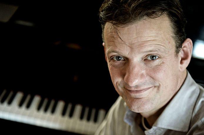 De in Groenlo geboren jazzpianist Peter Beets begon samen met café-eigenaar Mesut Mis van de Irish Pub Home de kleinschalige concerten onder de noemer Jazz at Home. Donderdag speelt hij De Oude Mattheüs klassieke muziek.