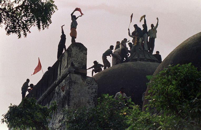 December 1992: extremistische hindoes vieren de verwoesting van de 16de eeuwse Babrimoskee. Beeld AFP