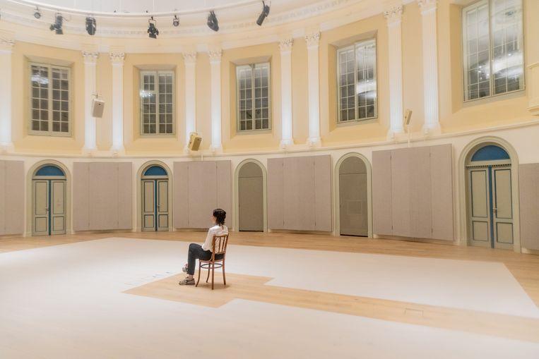 Laura Stek beleeft de installatie 'This body that once was you' in Felix Meritis in Amsterdam Beeld Ines Vansteenkiste-Muylle