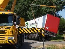 Vrachtwagen belandt in berm tijdens keeractie in Neede