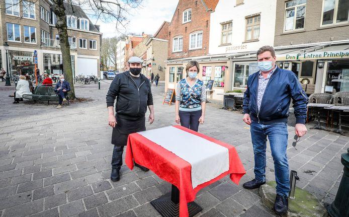 Op een bankje zitten mag wel (links), op een ontsmet terras zitten in de Smedenstraat mag niet. Dat klagen Peter Maas (rechts) en Frederic Vergucht (links aan de tafel) aan.