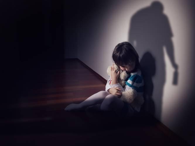 """""""Monster gaat papa komen dooddoen"""": gezin met drie kinderen leeft in angst nadat wildeman hun woning binnenstormt en vader begint te wurgen"""