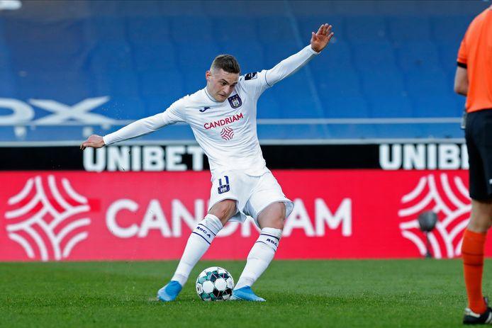Bruun Larsen zette met een heerlijke vrije trap Anderlecht op 1-2.