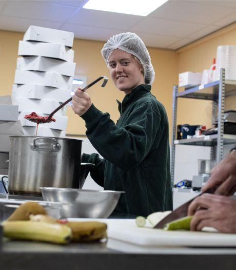Jeanne redt misvormd fruit van de prullenbak door er taarten van te bakken: 'Zo gaan we verspilling tegen'