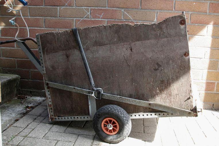 Met dit zelfgemaakte aanhangwagentje ging de dief met zijn goederen naar huis.