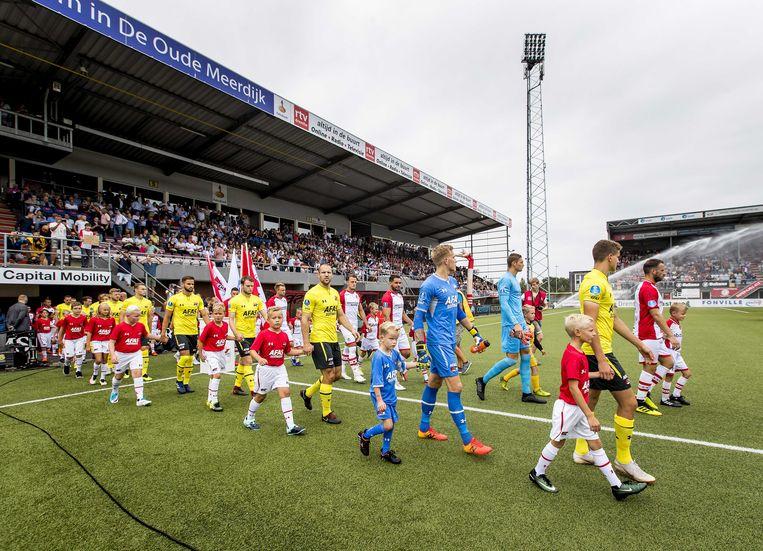 2018-08-19 14:27:36 EMMEN - Opkomst van de spelers van FC Emmen en AZ tijdens de eredivisiewedstrijd. ANP KOEN VAN WEEL Beeld ANP