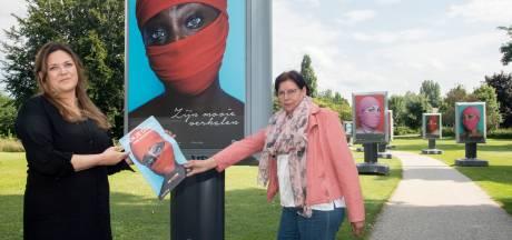 Indrukwekkende portretten in park bij gemeentehuis Borculo geven gezicht aan schrijnende verhalen mensenhandel