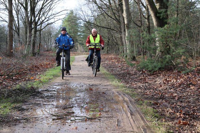 Paul Aarts en Henk van Doorne van de fietsclub van Seniorenvereniging Heusden op de Strabrechtse Heide.