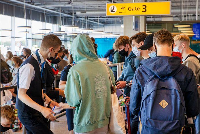 Vertrekkende reizigers op Eindhoven Airport worden bij de gate gecontroleerd of ze de juiste papieren bij zich hebben om te mogen vliegen.
