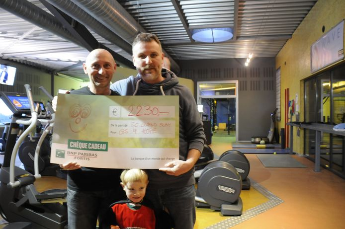 Danny Vancauthem kreeg een mooie cheque overhandigd door Kristof Geeraerts.