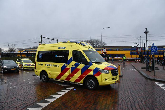 Bij het NS-station in Oost-Souburg is een aanrijding gebeurd. Hulpdiensten en de traumahelikopter zijn opgeroepen.