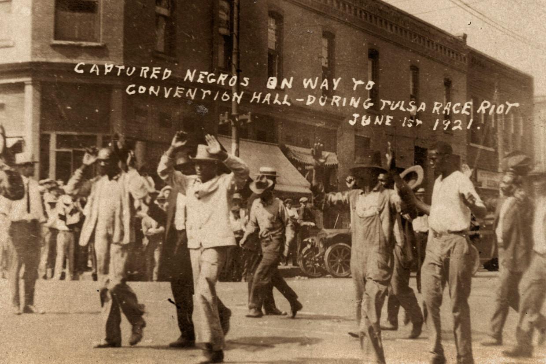 Een foto genomen en beschreven in 1921, van inwoners van de wijk Greenwood die worden afgevoerd tijdens de rassenrellen in Tulsa, morgen honderd jaar geleden.  Beeld AP