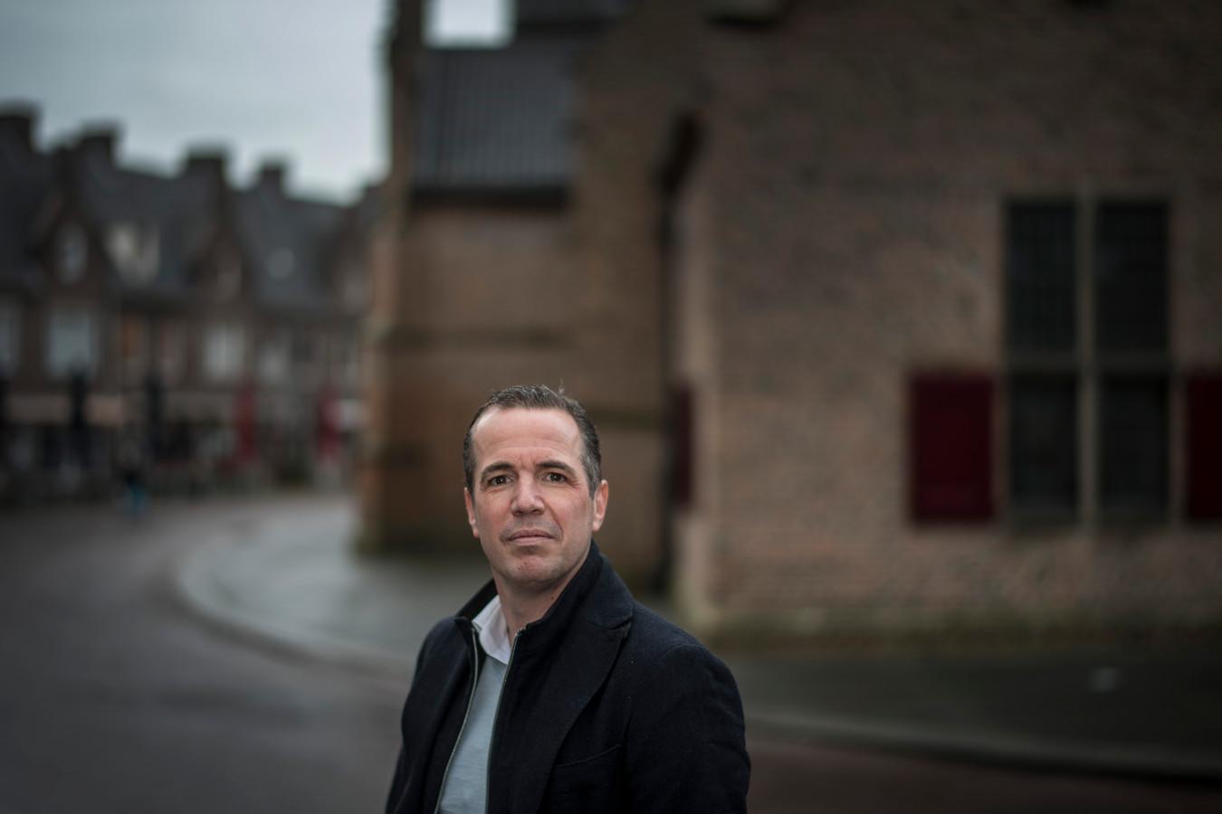 Jan Bluyssen, competitieleider betaald voetbal van de KNVB, in het hart van Wageningen.