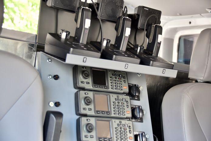 Het mobiele commandovoertuig is uitgerust met heel wat technologie om snel en comfortabel te kunnen werken op het terrein.