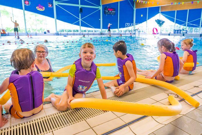 De zwemlessen in Optisport Dommelbad in Boxtel begonnen weer, voor kinderen tot 12 jaar geldt de 1,5 meter afstand niet. Jayden kon eindelijk weer eens zwemmen.