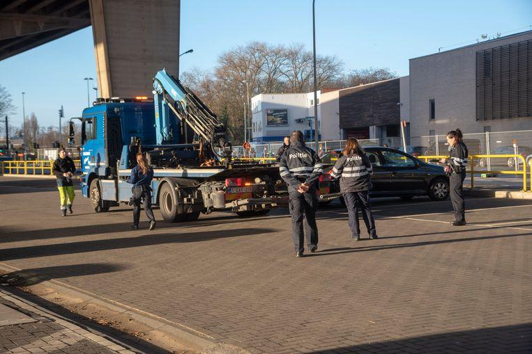 De politie liet zaterdagvoormiddag 19 wagens weg takelen onder het viaduct van Gentbrugge.
