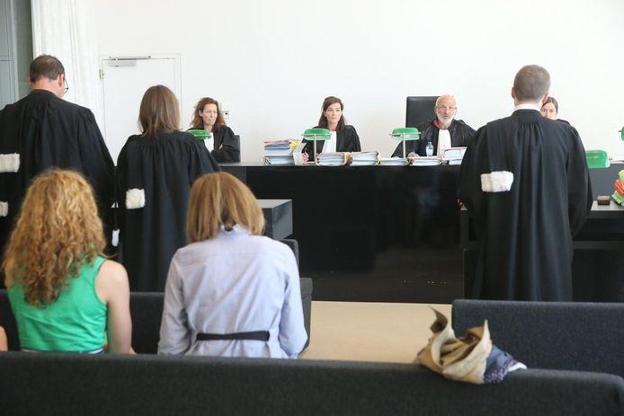 Bijna 20 jaar na de dioxinecrisis begon gisteren in de rechtbank van Gent de strijd om het verloren geld. Vader en zoon Verkest waren er niet.