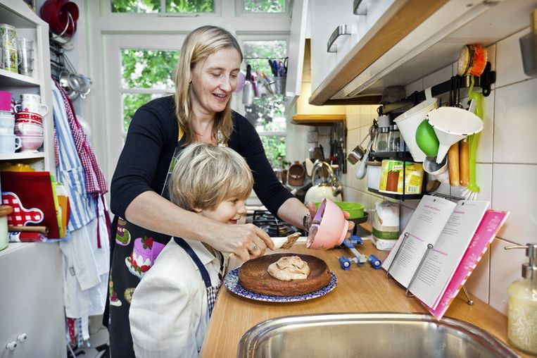 Elsbeth Louis bakt met zoon en 'glazuurkoning' Ard een taart uit haar boek. © Marc Driessen Beeld