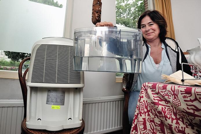 Het opvangreservoir van het droogapparaat in het huis van Fleur van der Plas is aardig vol.