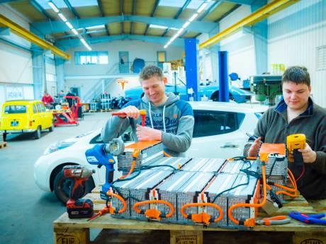 Emile en Sjaak geven oude elektrische auto's nieuw leven: 'We krijgen zelfs verzoeken uit Australië'