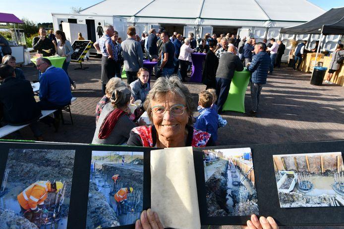 Annie Groenevelt legde het werk aan de dijk vast in een fotoboek.